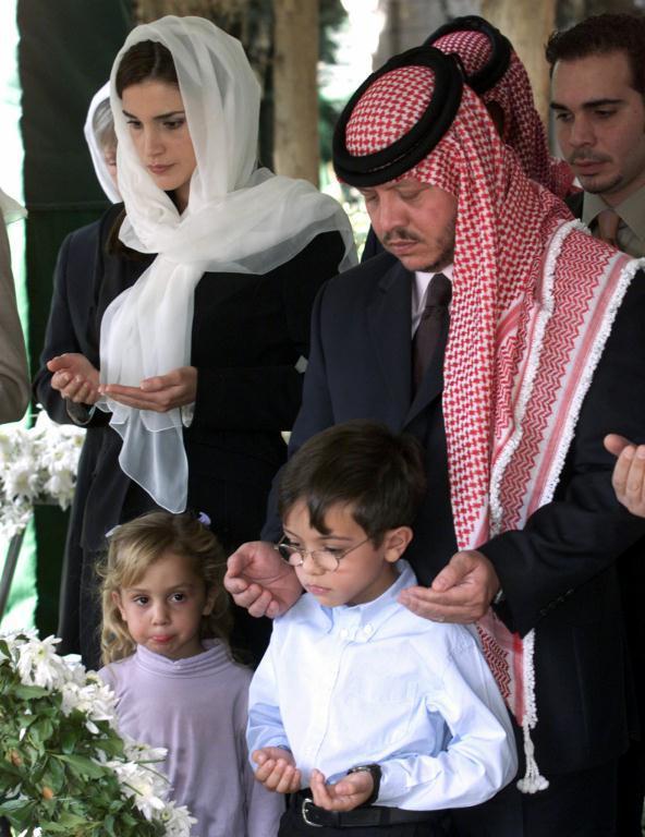 королева Иордании Рания с мужем Абдуллой и детьми. Фото