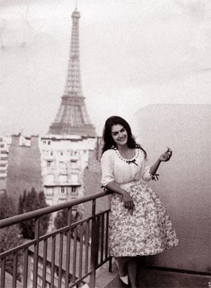 Далида на фоне Эйфелевой башни. Фото