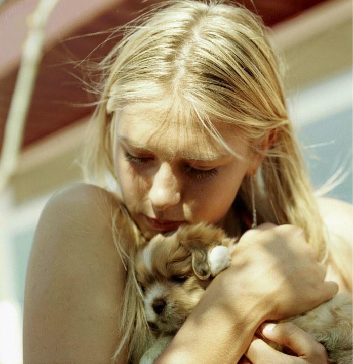 Мария Шарапова обнимает щенка