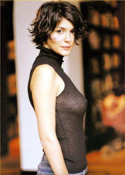 Одри Тоту с просвечивающей сквозь одежду грудью. Фото