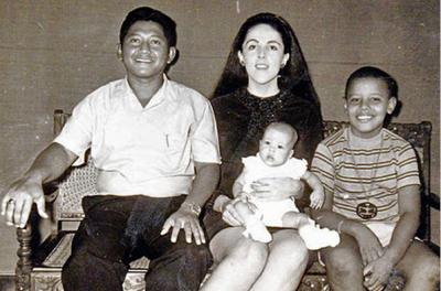 Барак Обама в дестве с матерью, отчимом и младшей сестрой