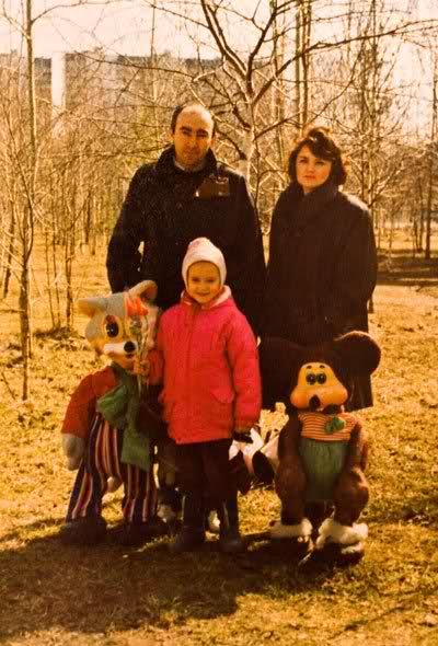 Маленькая Ксения Сухинова с родителями. Фото / Ksenia-Sukhinova in childhood with parents. Photo