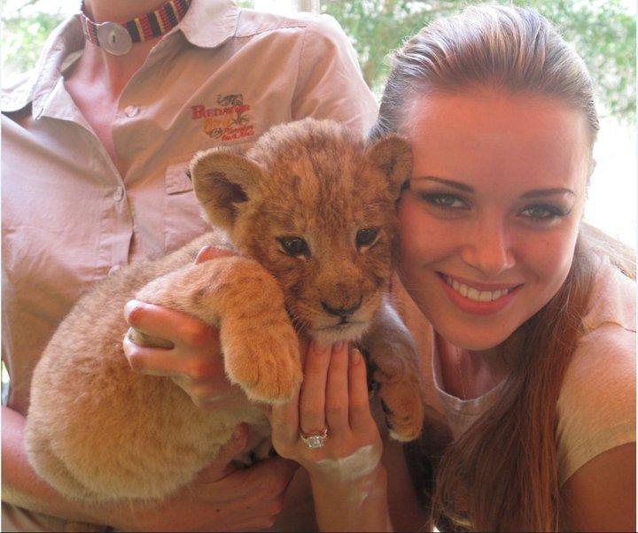 Ксения Сухинова и львёнок. Фото / Ksenia-Sukhinova & lion cub. Photo