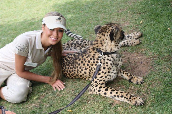 Ксения Сухинова и ручной гепард. Фото / Ksenia-Sukhinova & cheetah. Photo