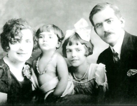 Мария Каллас в детстве (вторая слева). Фото / Callas mother, Maria Callas in childhood, her sister Jacky and her father. Photo 1924
