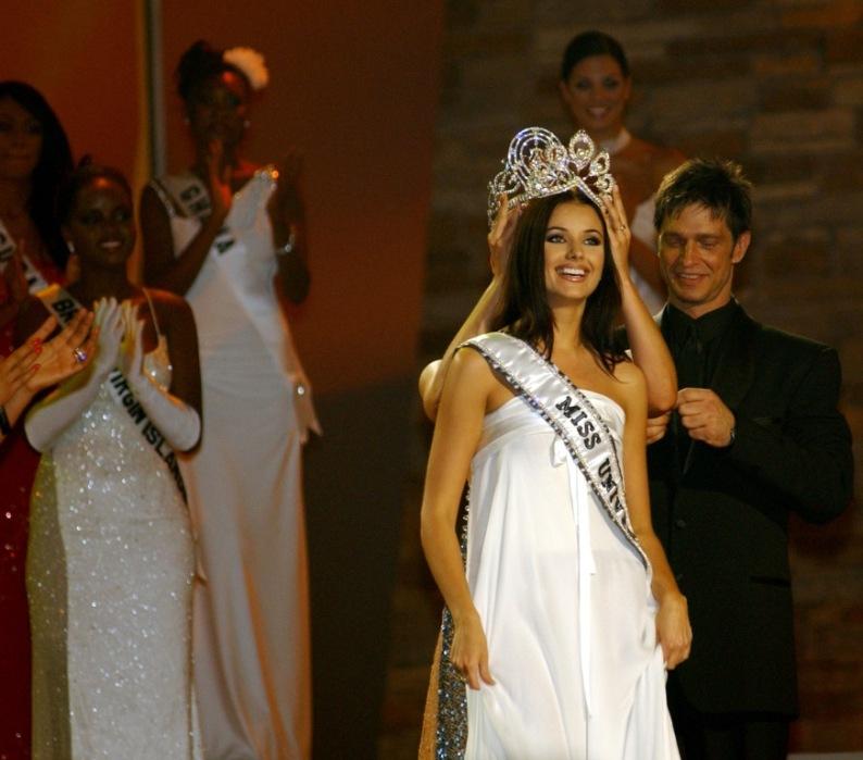Коронование Оксаны Фёдоровой на конкурсе Мисс Вселенная 2002. Фото