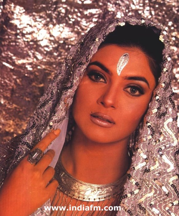 Сушмита Сен в сари. Фото / Sushmita Sen in sari photo