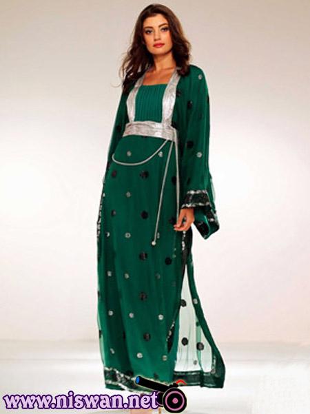 Девушка-мусульманка в платье-джалабии. Фото