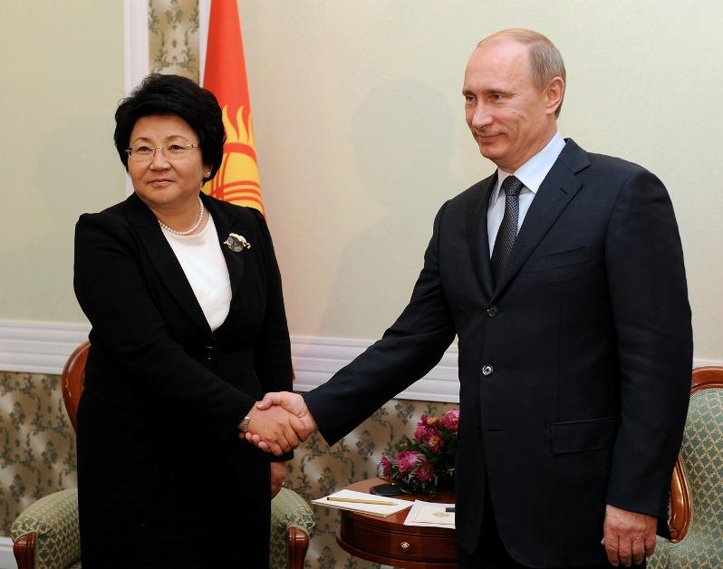 Роза Отунбаева и Владимир Путин. Фото