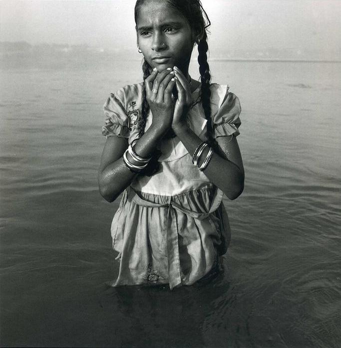 Омовение индийской девочки в Ганге