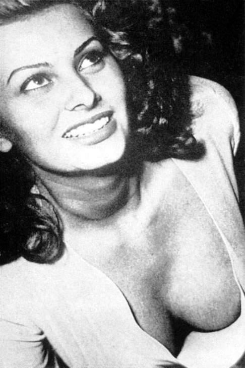 Полуобнажённая рудь Софи Лорен. Фото / Sophia Loren's breast. Photo