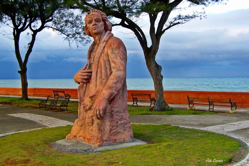 Памятник Христофору Колумбу в Баракоа (Куба). Фото