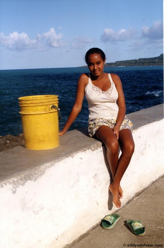 Красивая кубинка на набережной Баракоа. Фото