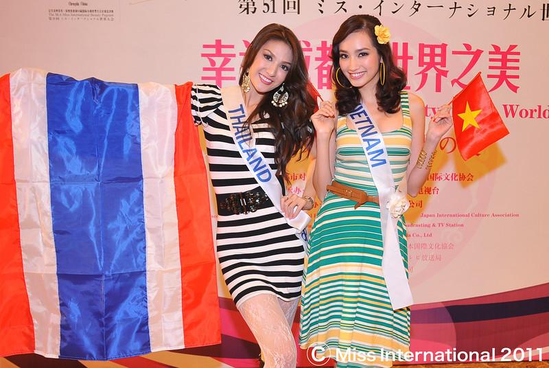 Truong Tri Truc Diem, Miss Vietnam International 2011 & Kantapat Peeradachainarin (Thailand). Photo