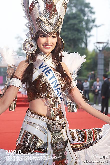 Красивая вьетнамка в национальном костюме. Фото / Truong Tri Truc Diem, Miss Vietnam International 2011. Photo