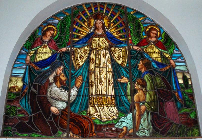 Мадонна Милосердия. Витраж в храме города Порту-Алегри (Бразилия)